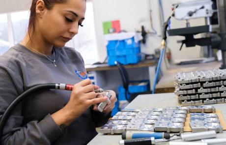 Mitarbeiterin RENICA GmbH, Metallverarbeitung, Lohnfertigung, Zerspanung